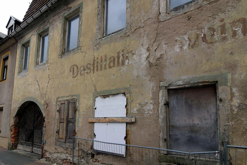 Die ehemalige Destille an der Roßweiner Querstraße soll abgerissen werden. Auf dem Areal entstehen Parkplätze.