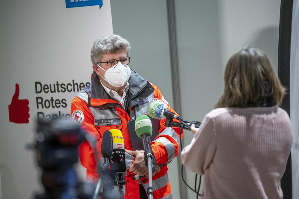 Der Vorstandsvorsitzende des sächsischen DRK-Landesverbandes Rüdiger Unger spricht in Riesa mit Medienvertretern.