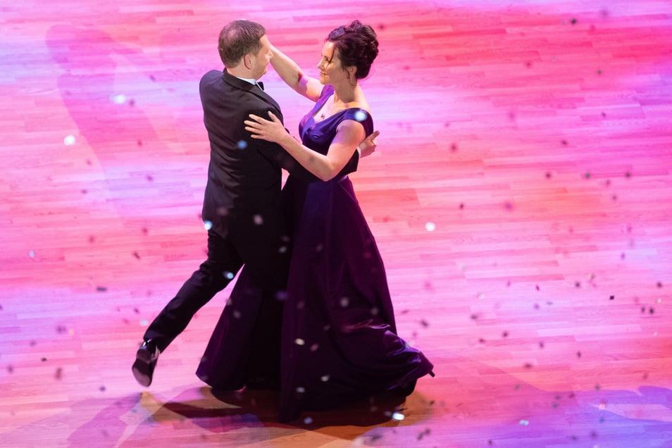 Michael Kretschmer (CDU), Ministerpräsident von Sachsen, und seine Lebensgefährtin Annett Hofmann tanzen während des 15. Semperopernballs den Eröffnungswalzer.
