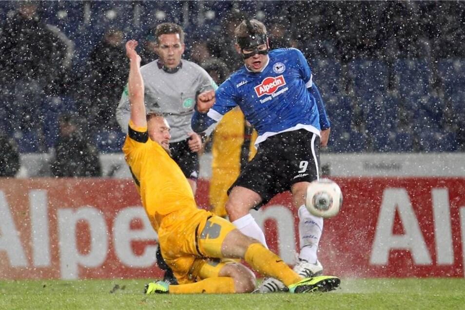 Der Bielefelder Fabian Klos (r) im Kampf um den Ball mit dem Dresdener Toni Leistner (l).