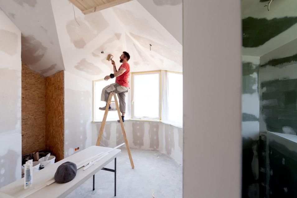 Eine alltägliche Baustelle sind die Tiny Houses für Malermeister Daniel Päsler nicht. Der Grund: Es gibt in den kompakten Bauten kaum rechte Winkel.