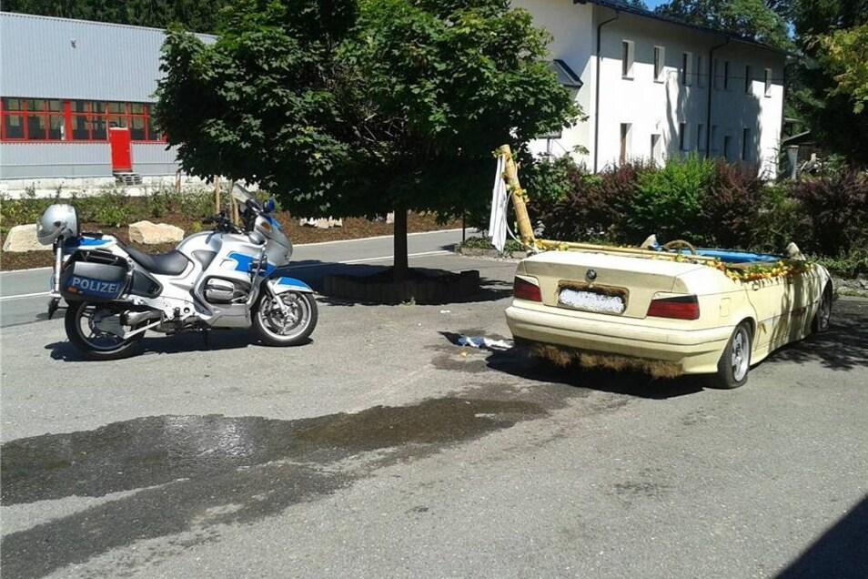 Die vier Insassen verließen das Auto fluchtartig - ein 27-Jähriger kehrte aber zurück, weil er noch seine Sachen im Auto hatte.