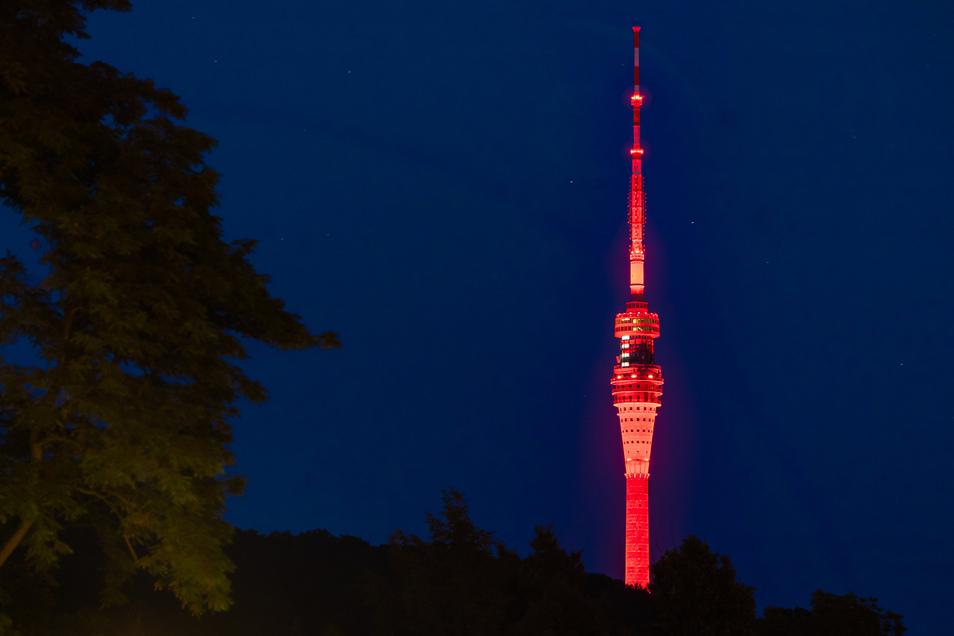 Der Dresdner Fernsehturm wurde rundum rot angestrahlt.