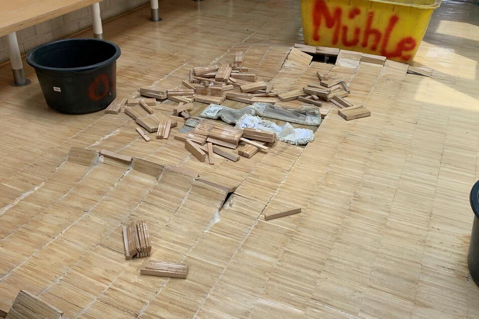 Im BSZ Radebeul quillt der Fußboden auf, weil es ständig tropft.