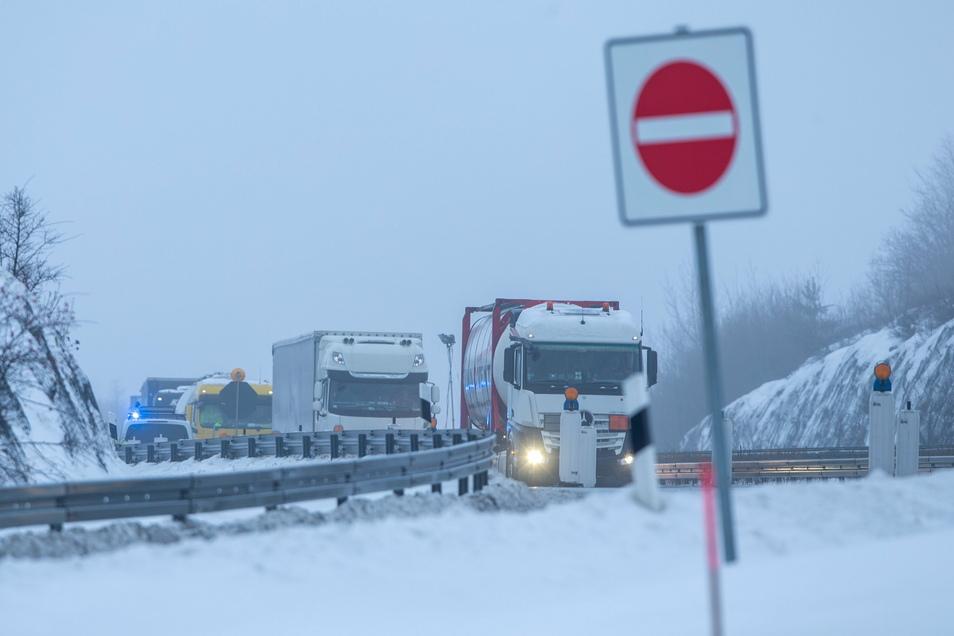 Lastkraftwagen fahren nach der Kontrolle durch die Bundespolizei in Richtung Dresden.