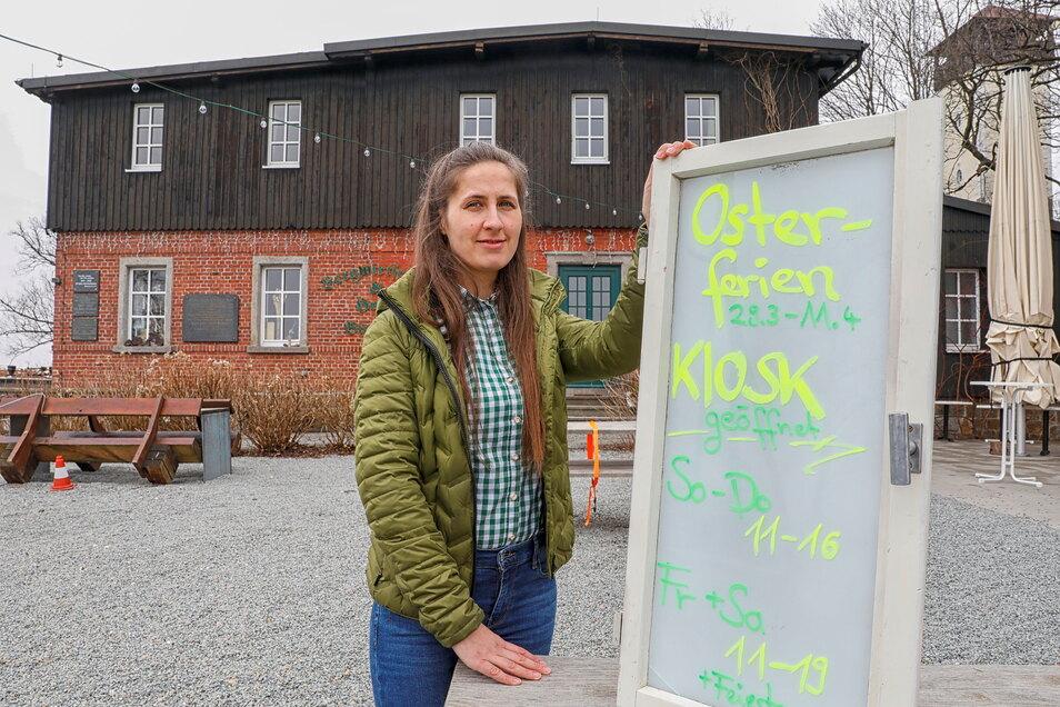 """Anna Starke vor dem Berggasthof """"Naturresort Bieleboh"""". Während der Osterferien bietet sie mit ihrem Team ein erweitertes """"Essen-Außer-Haus"""" an. Die Eröffnung des neuen Ferienresort muss sie notgedrungen noch verschieben."""