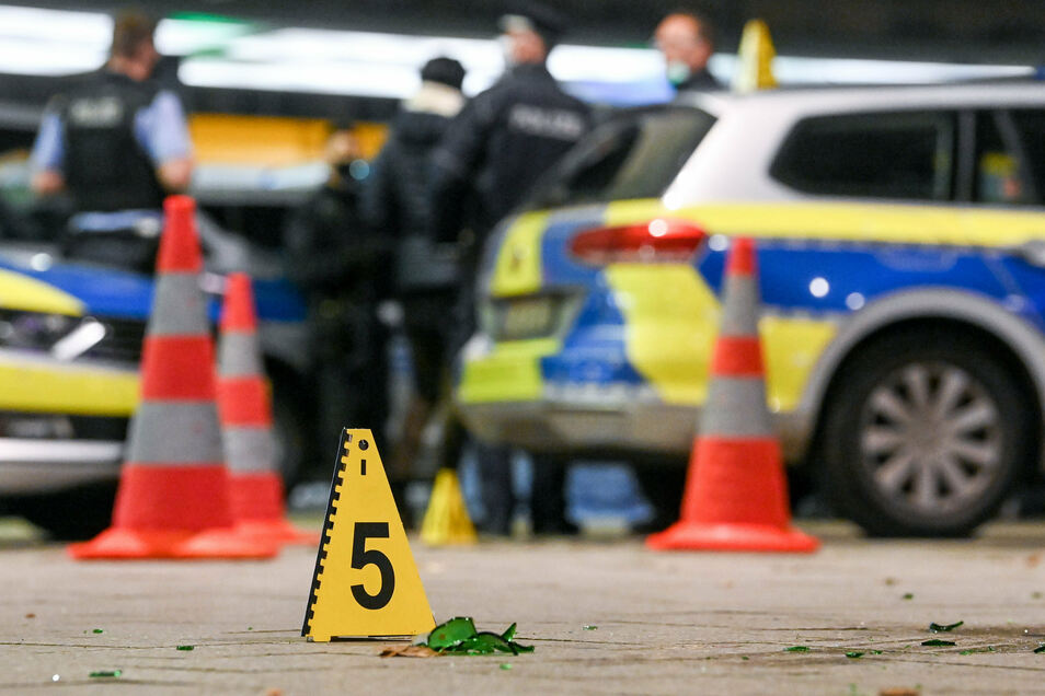 Die Polizei sichert den Tatort vor dem Leipziger Hauptbahnhof. Bei der Auseinandersetzung wurde eine Person tödlich verletzt.