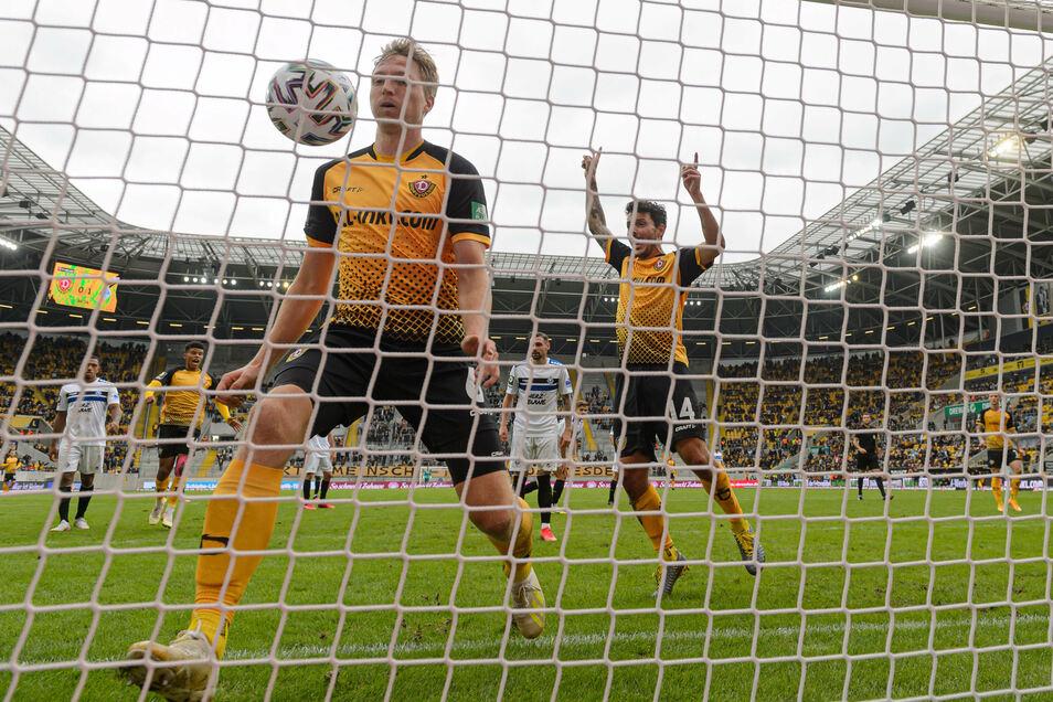 Der Ball ist drin, auch wenn der Torschütze auf dem Foto fehlt: Marco Hartmann geht auf Nummer sicher, während Philipp Hosiner bereits jubelt. Für Dynamo getroffen hat Christoph Daferner.