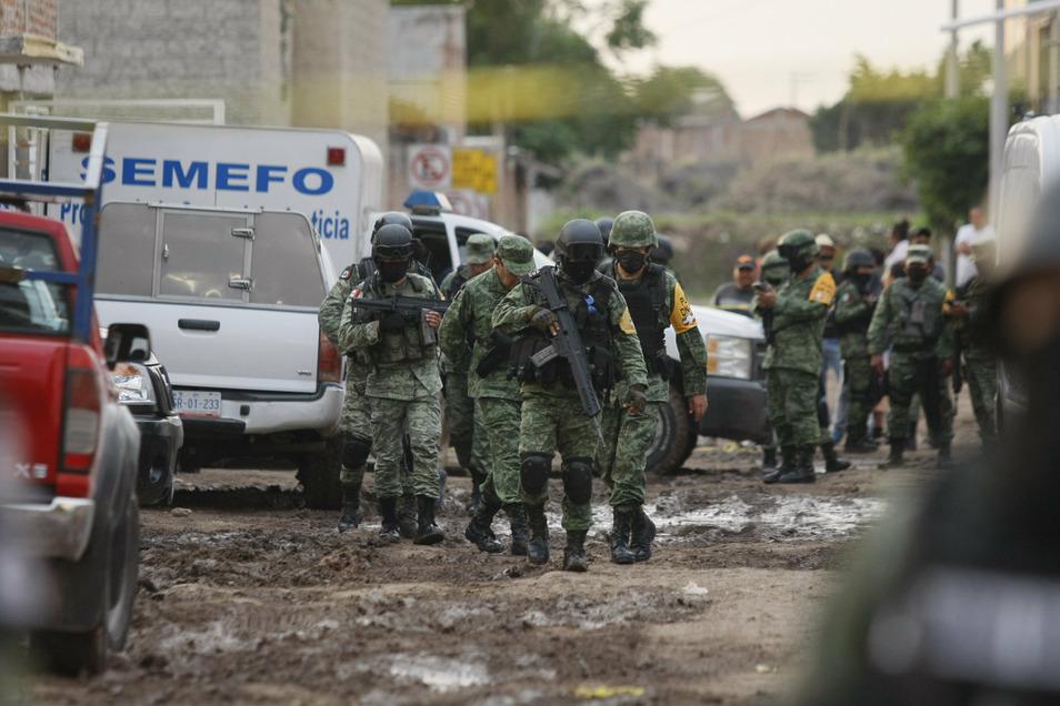 Die Nationalgarde ist vor einer Suchttherapie-Einrichtung in  Irapuato im Einsatz. Hier wurden zuvor mehr als 20 Menschen erschossen.