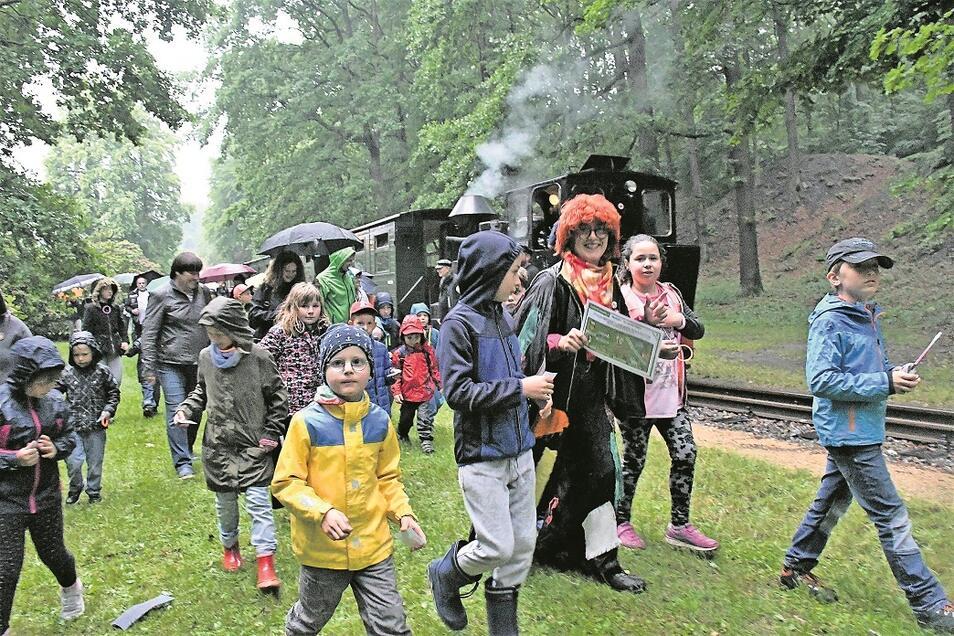 Die Märchenhexe begibt sich am Freitagabend mit den Kindern auf die Suche nach dem Schlüssel für die Schatzkiste in den Bergpark von Bad Muskau.