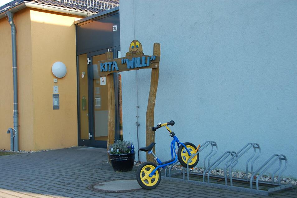 """Eingang des Kindergartens und Schulhorts """"Willi"""" in Potschappel: Kalt erwischt."""