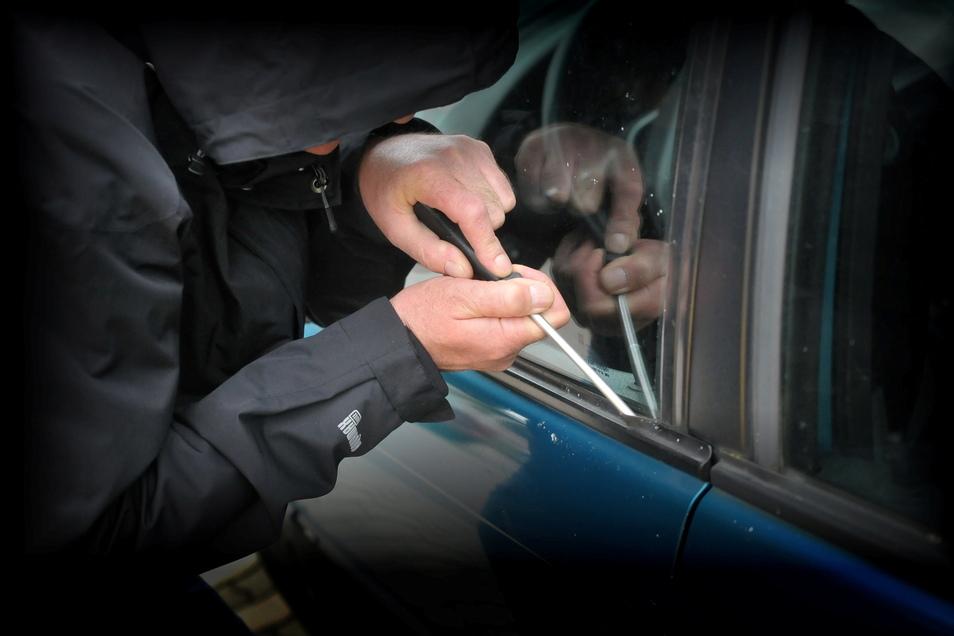 Die Polizei hat in Dresden-Strehlen einen Autoknacker stellen können.