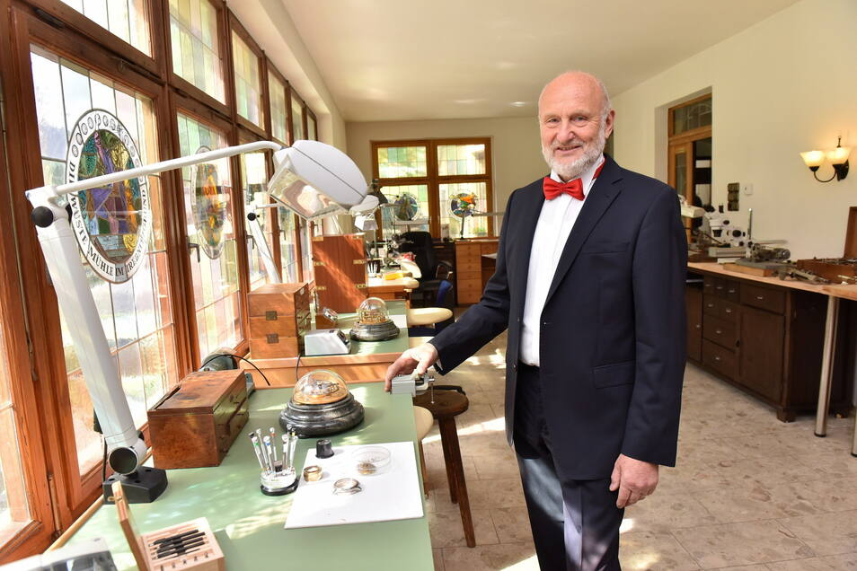 Rolf Lang in seiner Uhrenwelt Atelier in Hartmannsbach.