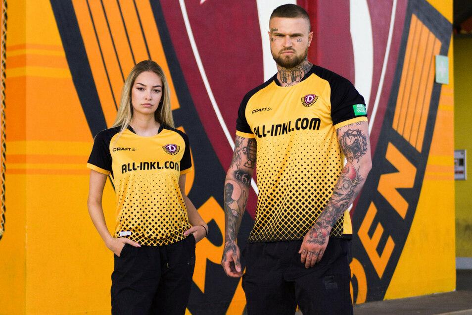 Zwei Fans aus dem K-Block präsentieren Dynamos Trikot für die neue Saison. Angaben zu den Models macht der Verein nicht.