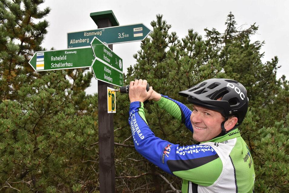 Die Blockline ist ein Vorzeigeprojekt für eine erfolgreiche Leader-Förderung. Tino Weinberg schraubt hier auf dem Kahleberg bei Altenberg eins der Markierungsschilder für die Radstrecke an.