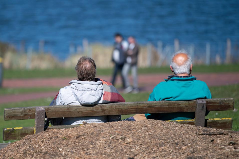 Wenn Senioren isoliert würden, nicht mehr raus könnten, stiege die Gefahr der Vereinsamung, warnen Experten.