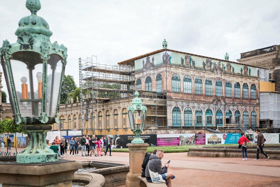 Verhüllt sind die Gerüste am Französischen Pavillon, der mit der benachbarten Bogengalerie L für die neue Zwinger-Ausstellung ausgebaut wird.