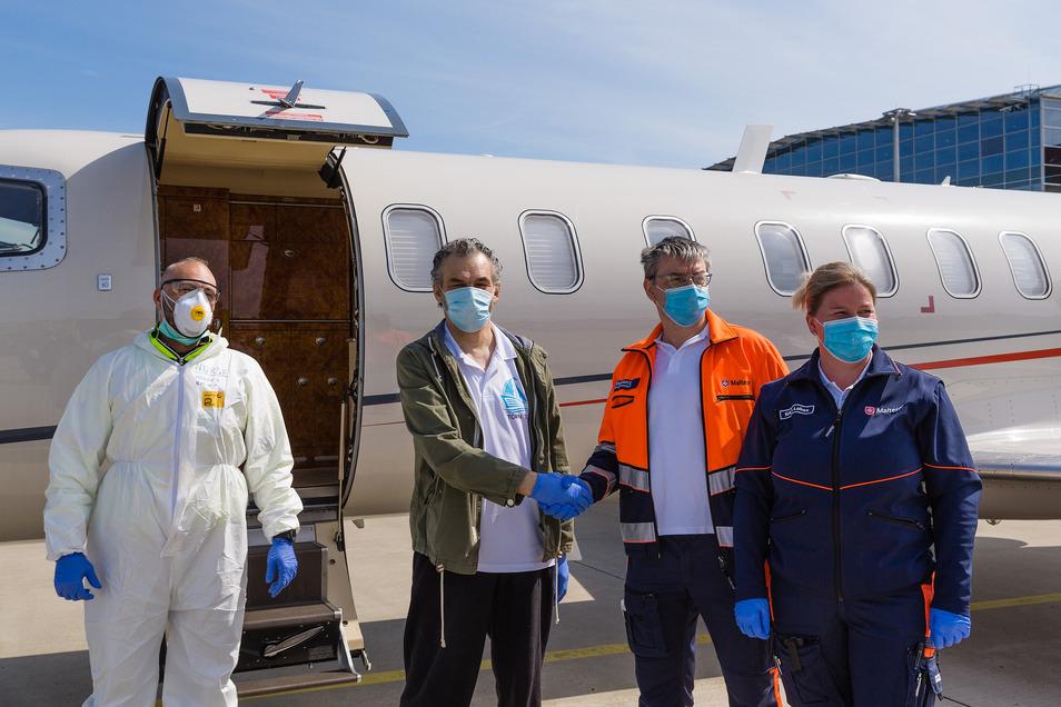 Gianluigi B. verabschiedet sich vor dem Flugzeug.