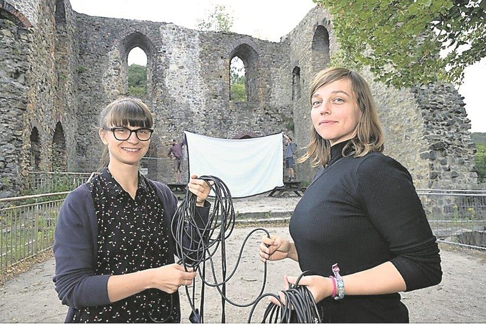 Technikprobe für den Kinoabend auf der Burgruine: Carolina Bräuer (l.) und Rea Schneider, im Hintergrund Thomas Junghans (l.) und Jakob Galiläer.
