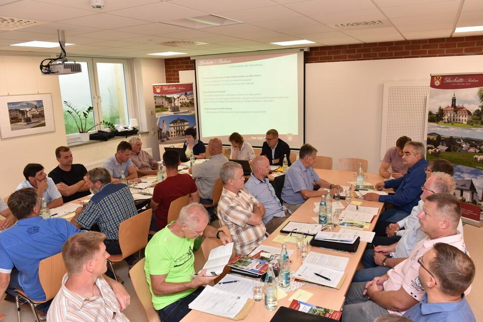 Zur konstituierenden Sitzung des Glashütter Stadtrates - hier im Foto - war noch nicht absehbar, wie sich das Verhältnis zwischen einzelnen Räten und dem Bürgermeister entwickeln wird.