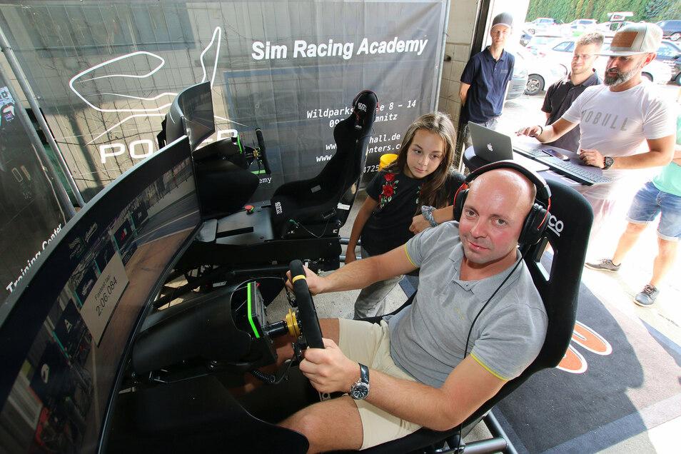 Autoland hat das 30-jährige Bestehen gefeiert. Den Gästen wurde einiges geboten. So düste Kai Rüger mit seiner Tochter Larissa am Simulator über eine virtuelle Rennstrecke.