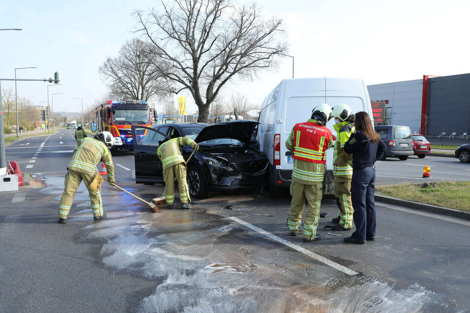 Die Feuerwehr nahm die ausgetretenen Betriebsstoffe am Unfallort auf.