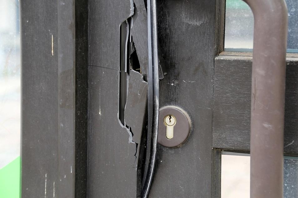 Mit Brachialgewalt wollten Einbrecher diese Tür aufhebeln. Sie widerstand zwar dem Angriff, wurde aber stark beschädigt.