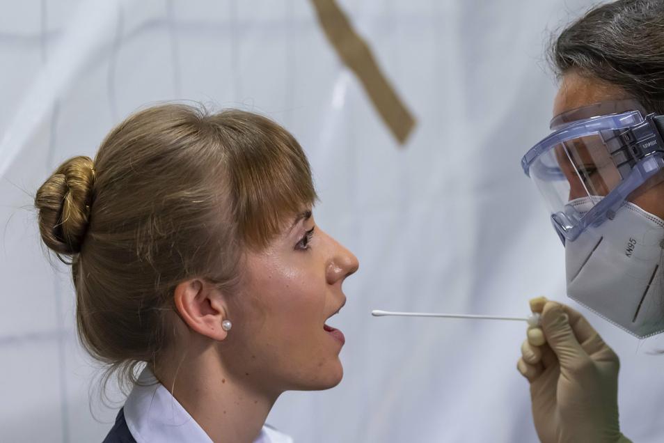 Flugbegleiterin Nastasia Döring lässt im Testzentrum einen Corona-Abstrich machen. Bis zum Ergebnis dauert es in der Regel eineinhalb Tage.