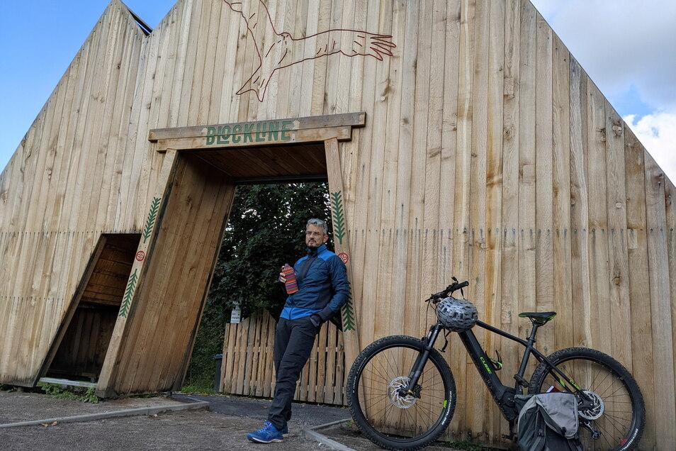 Halbzeit: Reporter Jörg Stock pausiert am Blockline-Portal in Holzhau. Der imposante und sogar begehbare Bau wurde im Juli eingeweiht.