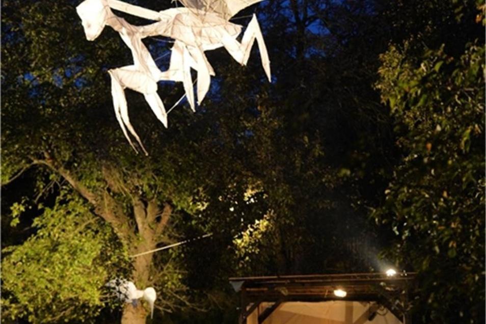 Kunstinstallation Metamorphose von Muriel Cornejo und Cesar Olhagaray aus Chile.