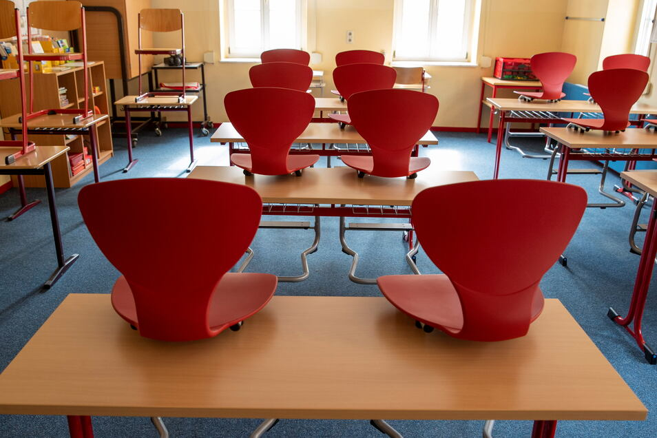 Mit neuen Möbeln – wie auf diesem Archivbild – werden Unterrichtsräume, Lehrerzimmer und Lagerräume in der Grundschule auf dem Questenberg ausgestattet.