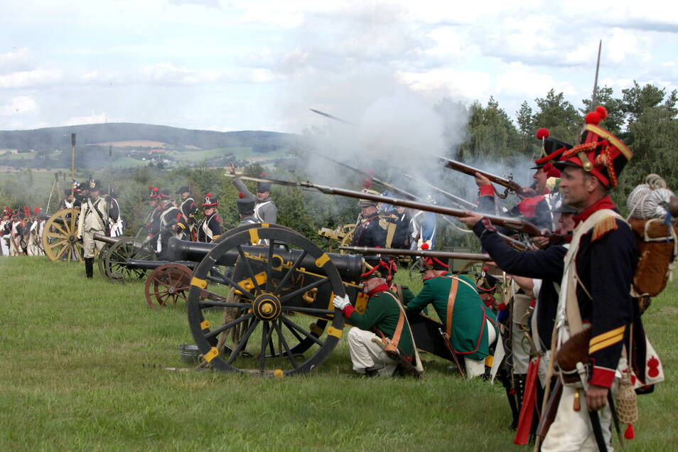 """""""Gebt Feuer!"""" Sächsische und französische Truppen eröffnen die Schlacht um die Napoleonschanze. Etwa 350 Darsteller spielten am Sonnabend bei Hohnstein ein Stück Befreiungskrieg nach."""