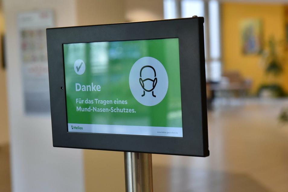 Am Hygienekonzept in den Kliniken ändert sich vorerst nichts. So gilt unter anderem weiterhin für Beschäftigte und Patienten eine Maskenpflicht. Besucher sind nur sehr eingeschränkt zugelassen.