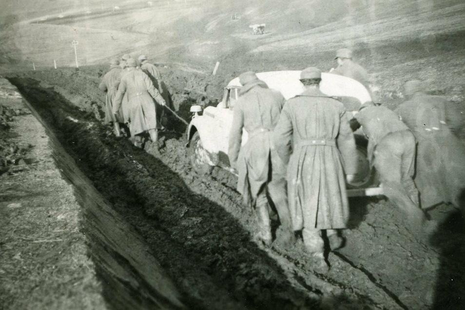 Mühseliger Rückzug durch die Weiten Ungarns: Soldaten aus Weises Kompanie ziehen und schieben ein Auto durch den Matsch.