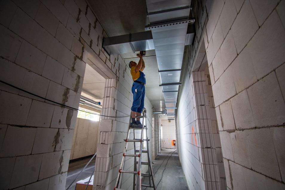 Zurzeit läuft im neuen Polizeigebäude der Innenausbau. Dazu gehört auch der Einbau der Installationstechnik.
