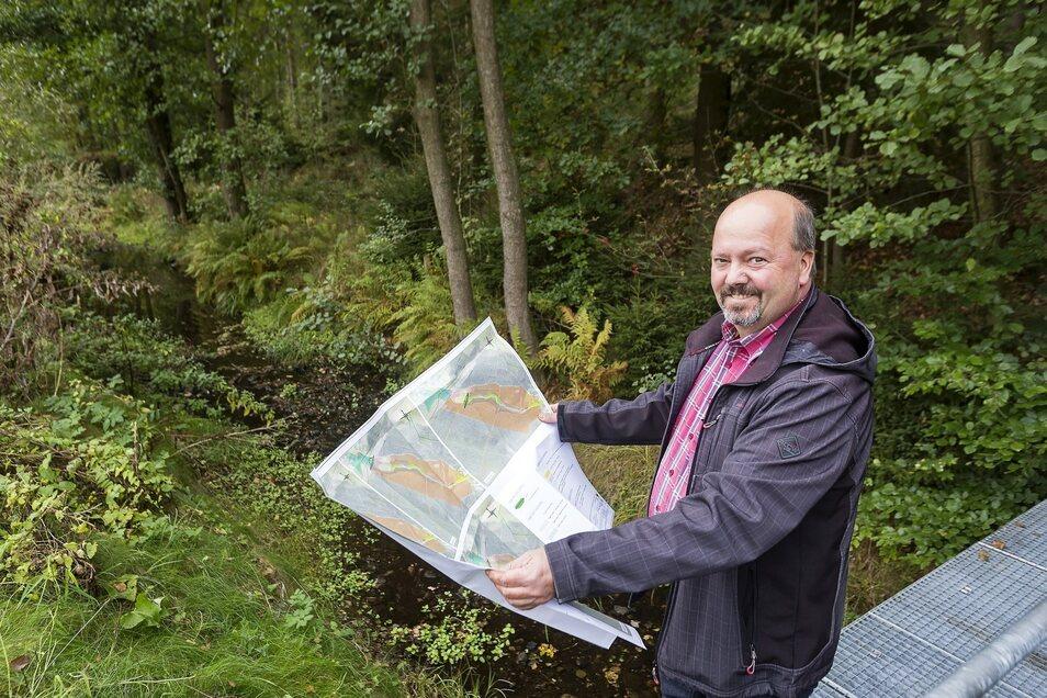 Die Pläne für das grüne Rückhaltebecken am Oelsabach hält Bauamtsleiter Falk Seidel zwar schon in Händen, trotzdem stehen noch wichtige Entscheidungen aus.