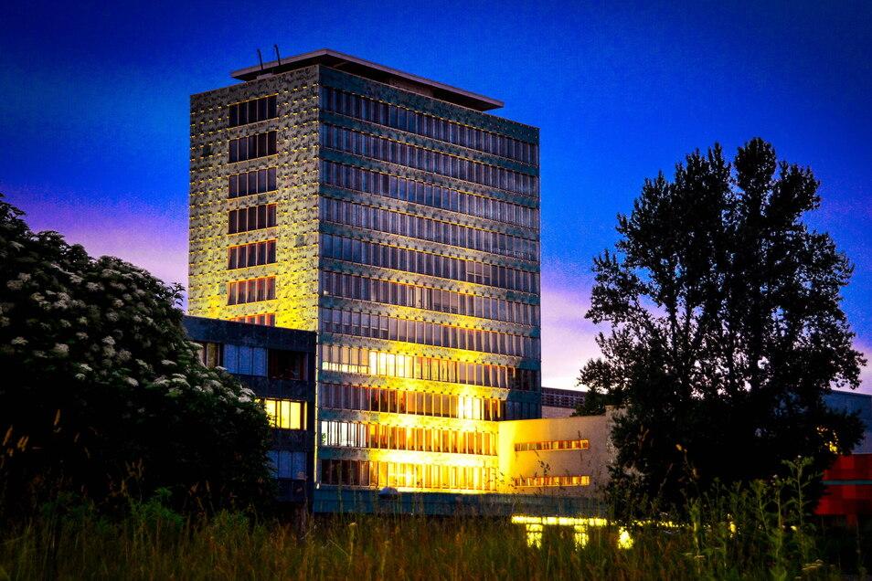 Das Haus der Presse ist der Sitz der Sächsischen Zeitung. Das Gebäude an der Dresdner Ostra-Allee ist 1966 nach den Plänen des bekannten Architekten Wolfgang Hänsch eröffnet worden. Seine Letter-Glasfassade erhielt das Haus 2003.