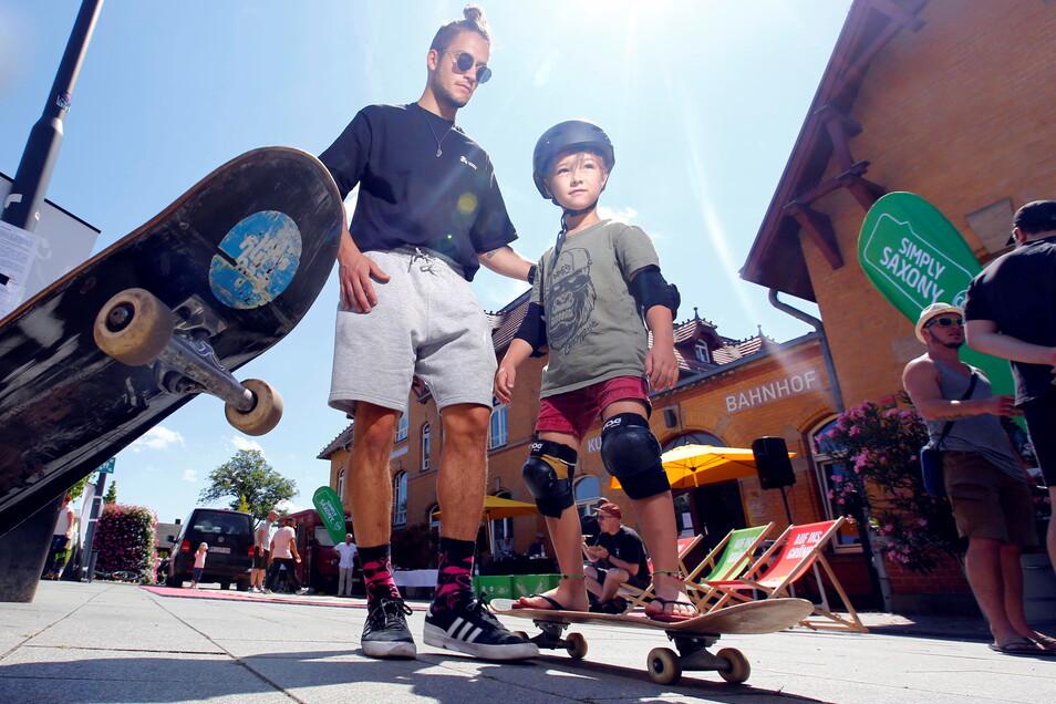 Gar nicht so einfach: Der sechsjährige Anselm aus Radebeul versuchte sich zum ersten Mal unter der fachkundigen Anleitung von Rick-Marvin Hoffmann auf einem Skateboard.