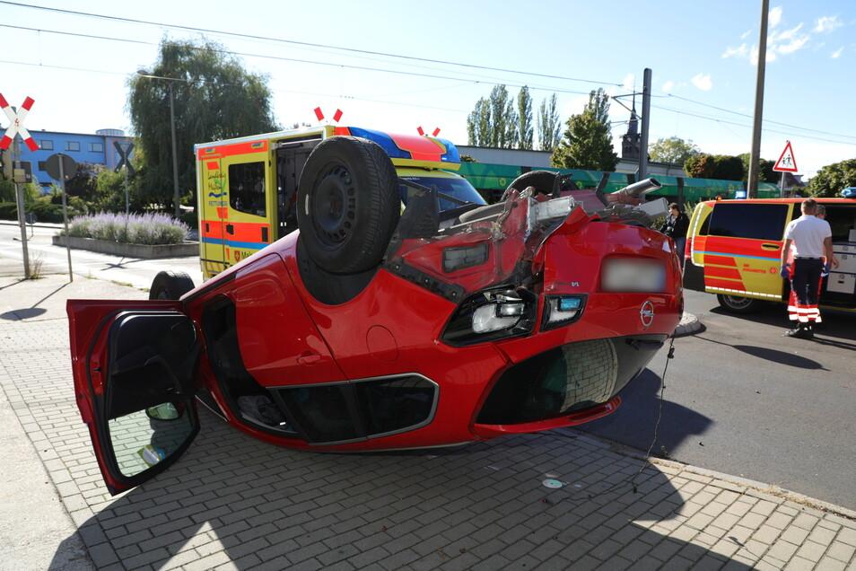 Ein Opel landete am Sonntagnachmittag in Coswig auf dem Dach, nachdem er mit einer Straßenbahn kollidiert war.