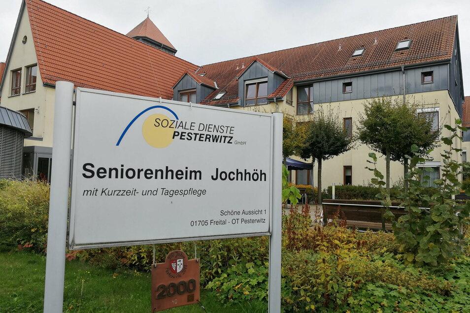 Der Betreiber des Pflegeheims Jochhöh wurde vom Landratsamt Sächsische Schweiz-Osterzgebirge wegen Verstoßes gegen Hygieneauflagen angezeigt. Bisherige Ermittlungen seien ergebnislos verlaufen, heißt es bei der Staatsanwaltschaft Dresden.