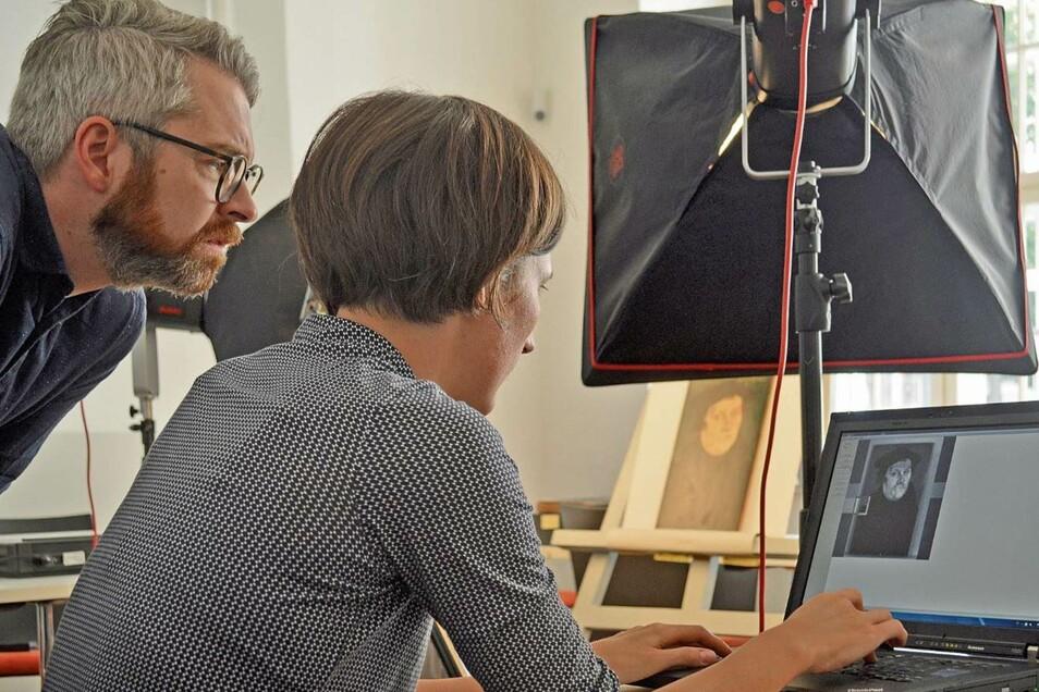 Wibke Ottweiler und Daniel Görres entdecken die originale Signatur von Lucas Cranach dem Älteren.