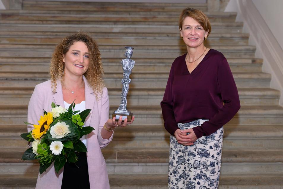 Women's-Award-Gewinnerin Louisa Fay (l), mit Elke Büdenbender, Schirmherrin und Ehefrau von Bundespräsident Steinmeier.