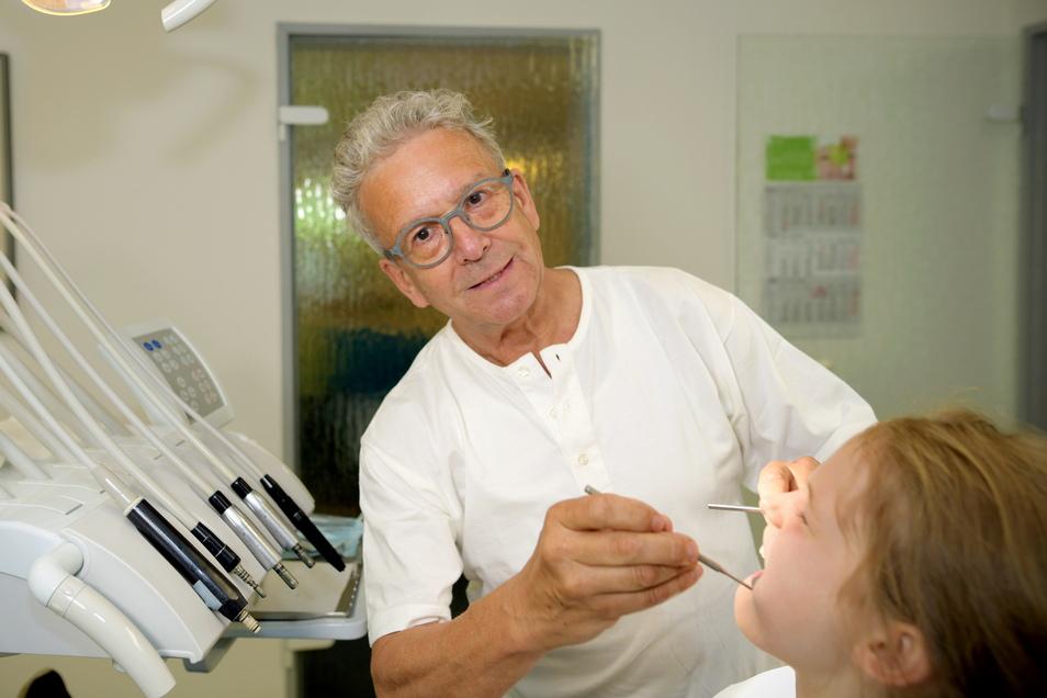 Zahnarzt Dr. Klaus-Dieter Reichel in seiner Praxis in Oderwitz, die er am 1. Juli schließt. Für die SZ entstand noch mal dieses Foto. Deshalb ist er hier ohne Maske.