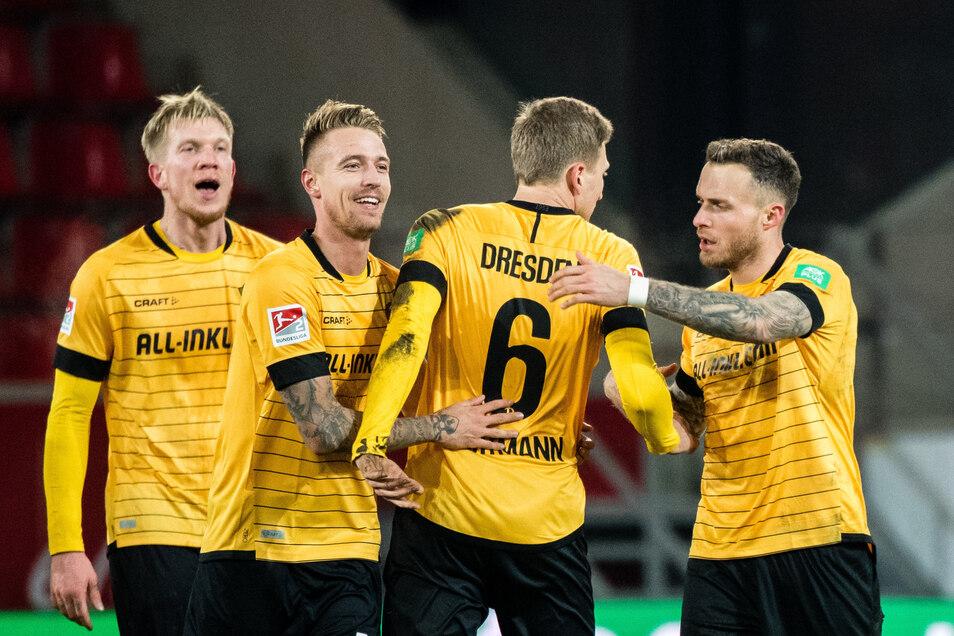 Beim 2:1-Sieg in Regensburg am 28. Februar gab Marco Hartmann (2. v. l.) nach mehreren Verletzungen sein Comeback bei Dynamo Dresden. Mit Simon Makienok (l.), der seine Corona-Infektion selbst öffentlich gemacht hatte, sowie Ondrej Petrak und Patrick Schm