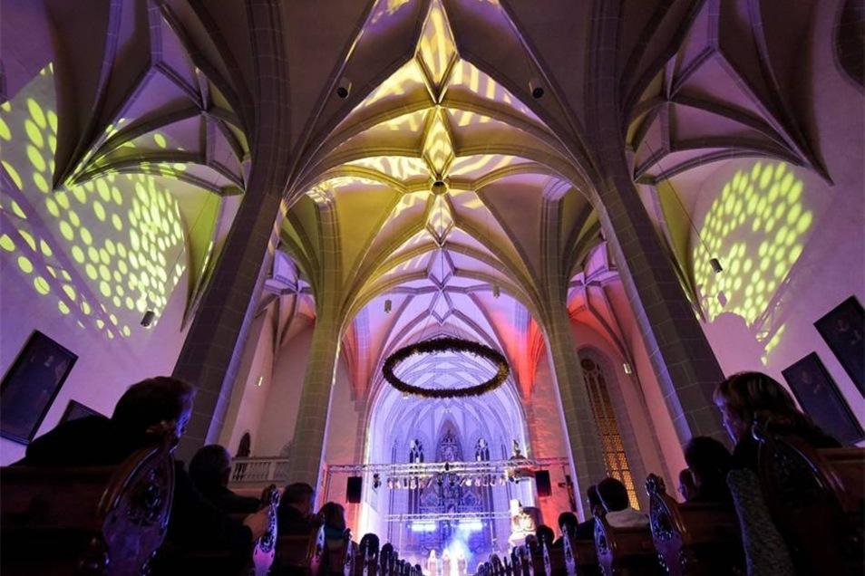Während der Gala wurde die Kirche in verschiedenen Farben augeleuchtet.