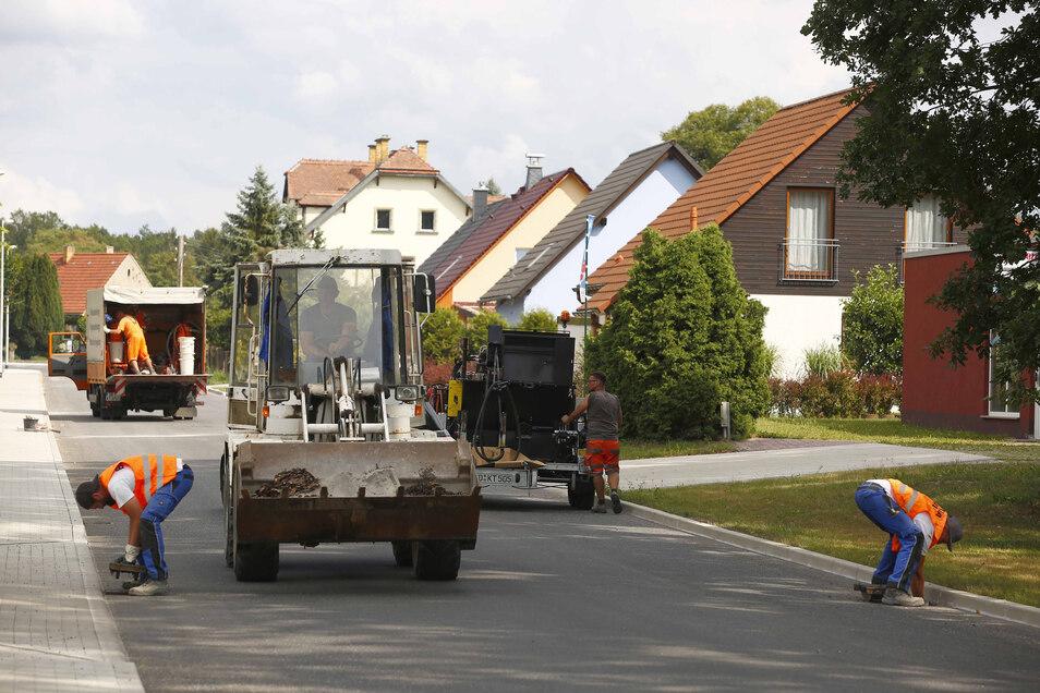 Nachdem die Bauarbeiter am Freitagnachmittag letzte Hand an die Kleinwolmsdorfer Straße in Arnsdorf gelegt hatten, konnte diese für den Verkehr freigegeben werden.