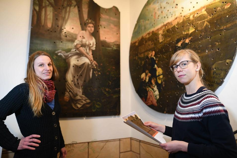 Cornelia Fünfstück (rechts) und Corinna Wandt vom Löbauer Stadtmuseum mit historischen Schützenscheiben. Eine besonders alte hat jetzt ein Bürger abgegeben. Sie ist zurzeit in Quarantäne und muss noch aufgearbeitet werden.