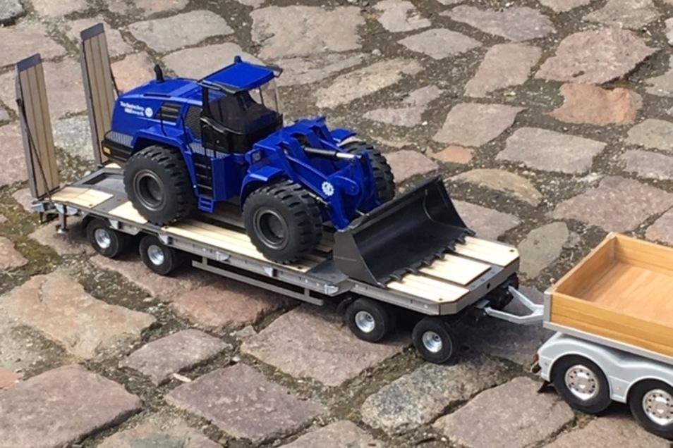 Helfer und Freunde  hatten für  Christian Winkler eine besondere Überraschung parat: ein ferngesteuertes Modell    des THW-Radladers.