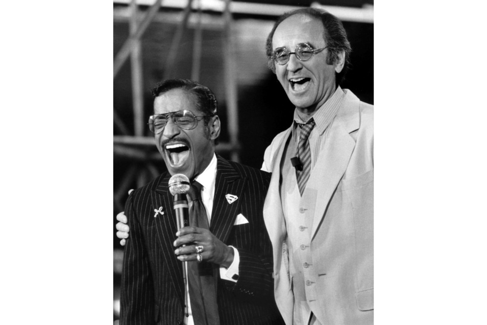 """Alfred Biolek (r) präsentiert 1982 in seiner Unterhaltungssendung """"Bio's Bahnhof"""" den weltberühmten Entertainer Sammy Davis jr."""