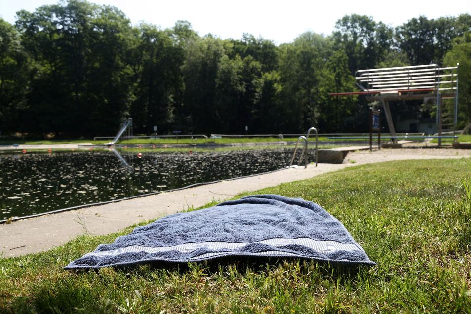 Im Waldbad in Glaubitz könnten schon bald wieder mehr Handtücher auf den Wiesen liegen. Denn nachdem zuletzt ein Bademeister fehlte, ist nun eine Notlösung gefunden.